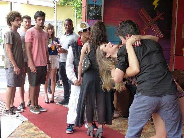 A Fatinha até que curte o beijo... Mas tbm, quem não curtiria, né?  (Foto: Malhação / TV Globo)