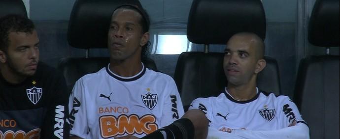 Ronaldinho Gaúcho e Diego Tardelli no banco de reservas (Foto: Reprodução / Premiere)