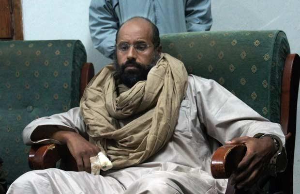 Saif al-Islam na cidade líbia de Zintan, em 19 de novembro, após sua captura (Foto: AP)