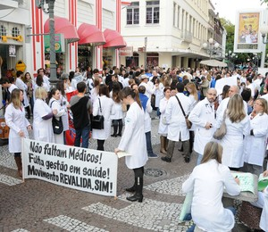 Médicos participam da Manifestação Nacional dos Médicos no Centro de Florianópolis, Santa Catarina  (Foto: Eduardo Valente / Frame / Agência O Globo)