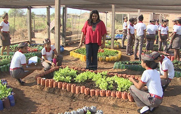Alunos fazem horta em escola de Jacy-Paraná (Foto: Bom Dia Amazônia)