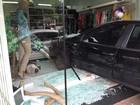 Carro para dentro de loja após batida envolvendo 4 veículos no PR; foto