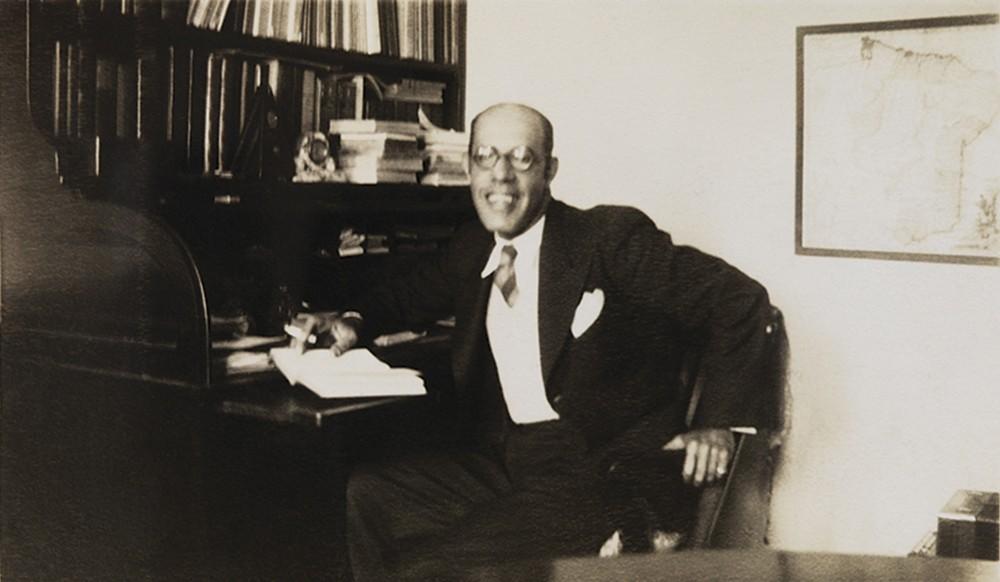 O escritor Mário de Andrade em sua mesa de trabalho (Foto: Fundo Mario de Andrade / Serie Fotografia IEB)