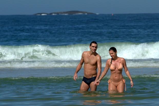 Giba com sua namorada na praia da Barra (Foto: Wallace Barbosa/AgNews)