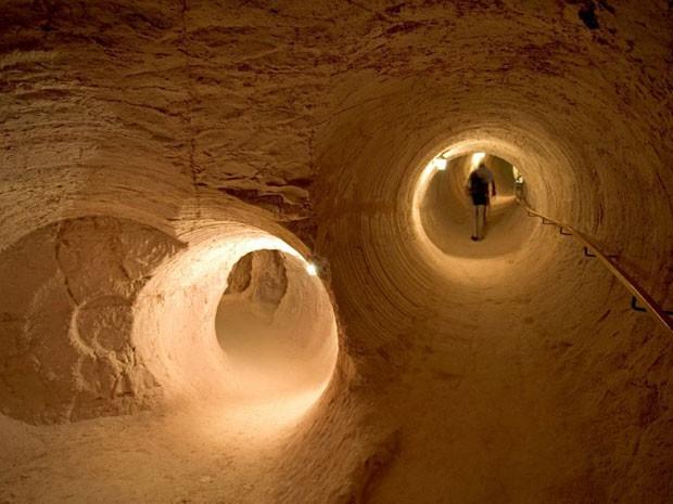 Visitante em antiga mina de opala na cidade (Foto: John Frumm/ hemis.fr/AFP)