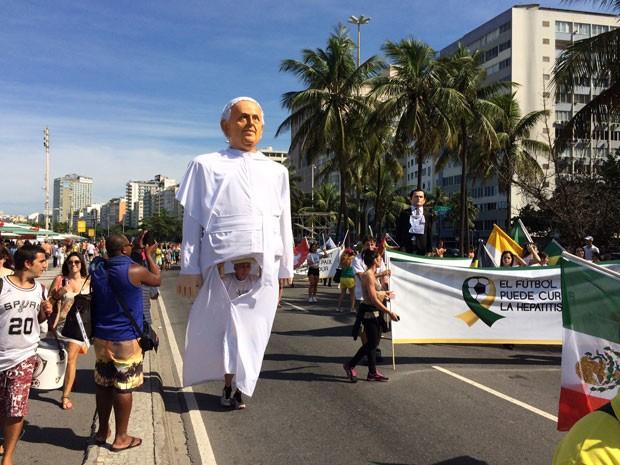 Boneco do Papa Francisco atraiu a atenção de curiosos (Foto: Janaína Carvalho / G1)