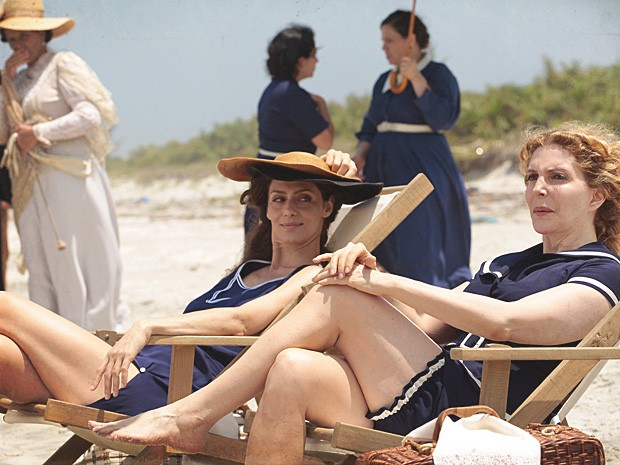 Dorleac leva Diva para a praia e a inspira a usar roupa de banho ousada (Foto: Lado a Lado / TV Globo)