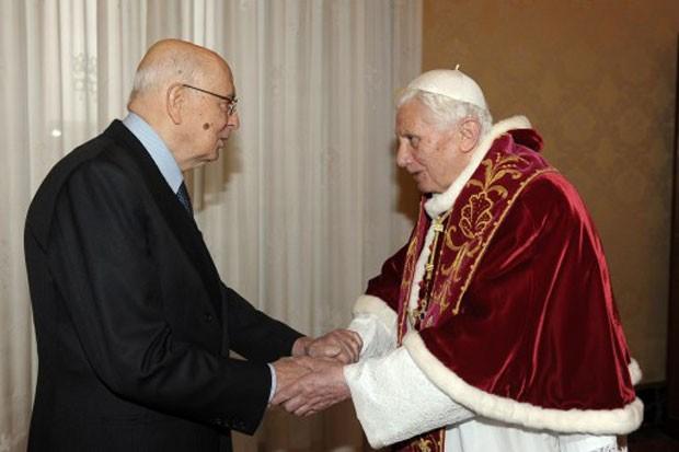 Bento XVI recebeu neste sábado (23) o presidente da Itália, Giorgio Napolitani (Foto: L'Osservatore Romano/AFP)