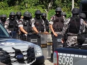 PM está na frente do presídio PB1 em João Pessoa (Foto: Walter Paparazzo/G1)