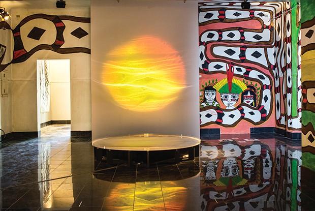 A obre de Huri Kuin & Naziha Mestaoui, mistura pinturas corporais reproduzidas nas paredes do complexo e são acompanhadas de gravações de cânticos dos indígenas da tribo do Acre, que, com a ajuda de Mestaoui, fazem vibrar um espelho d'água que reflete luz (Foto: Toni Pires)