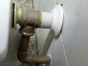 Aposentado cria sistema automatizado de reuso de água da chuva na descarga