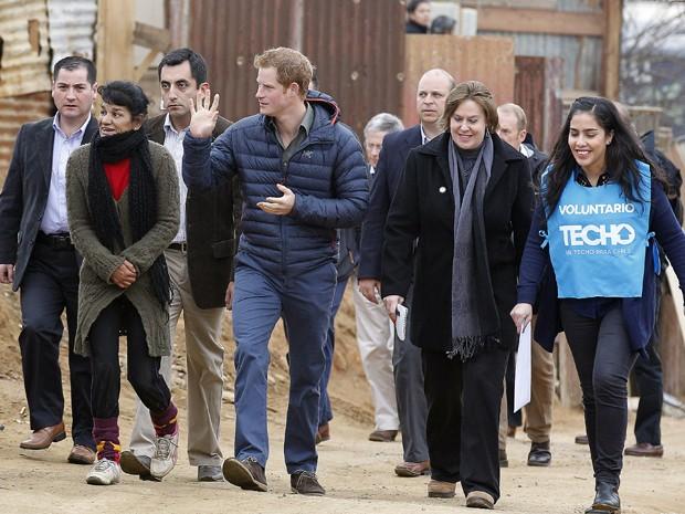 Príncipe Harry visita área afetada por incêndio em Valparaíso, no Chile (Foto: Eliseo Fernandez/AP Photo)