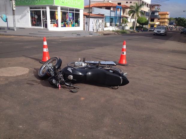 O motorista fugiu do local do acidente mas foi identificado por populares (Foto: Dyepeson Martins/G1)