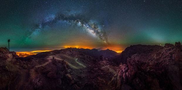 O fotógrafo Javier Martinez Moran enviou este registro dos arcos da Via Láctea sobre o parque Caldera de Taburiente em La Palma, Espanha (Foto: Javier Martinez Moran/Observatório Real de Greewich)