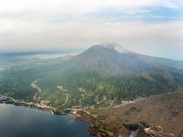 Vista aérea mostra o vulcão Sakurajima em Kagoshima, sudoeste do Japão (Foto: REUTERS/Kyodo)