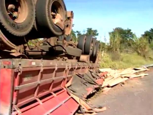 O motorista do caminhão teve ferimentos leves. (Foto: Reprodução/TV Tem)