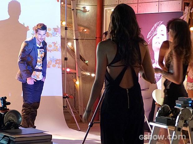 Murilo arrasa ao posar para Marina como modelo (Foto: Em Família/TV Globo)