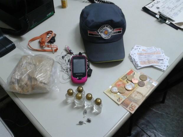 Drogas, dinheiro e celular apreendidos com o jovem dentro do ônibus. (Foto: Divulgação/Polícia Militar Piraju)