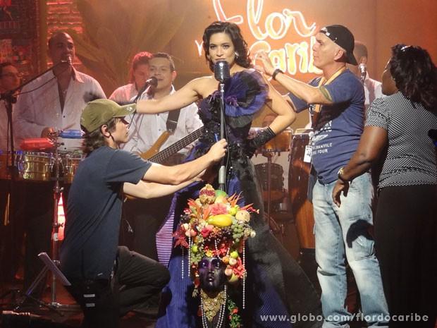 Moro Anghileri recebe últimos retoques antes do show de Crital (Foto: Flor do Caribe / TV Globo)