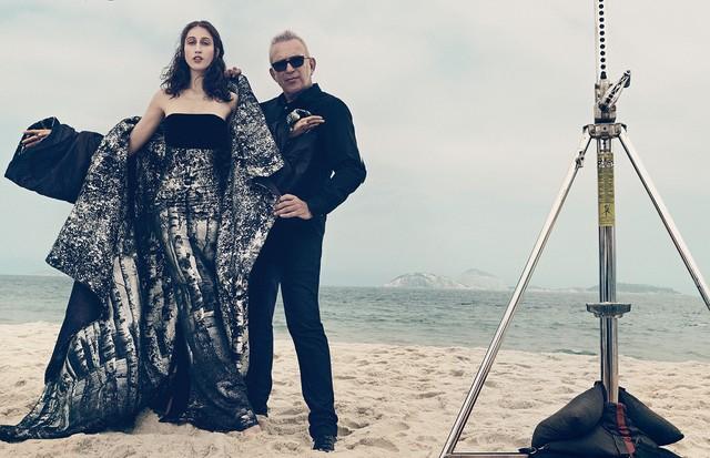 Jean Paul Gaultier posa na praia de Ipanema com Anna Cleveland, que usa vestido e capa decorados com desenho metálico de floresta. Todos os looks são da coleção de alta- -costura para o inverno 2016/17 do estilista (Foto: Gil Inoue)