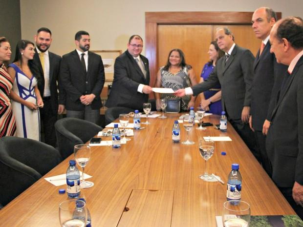 MP-AM, OAB e CBPM  se reuniram para assinar documento em Manaus (Foto: Ísis Capistrano/ G1 AM)
