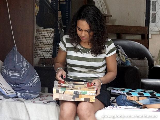 Julia não aguenta a curiosidade e mexe na caixa de Frédéric (Foto: Malhação / TV Globo)