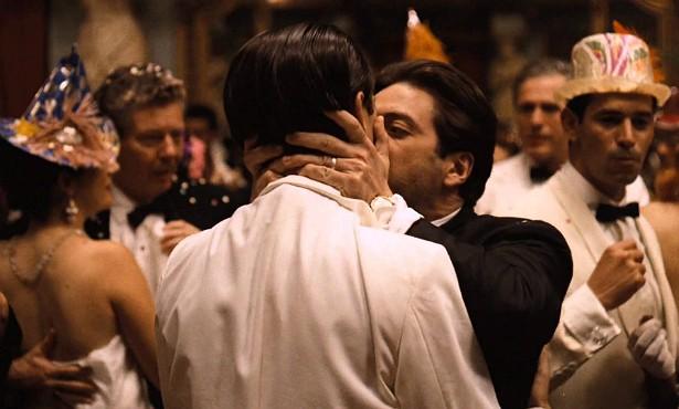 Em pleno ano de 1974, Al Pacino beijou a boca de John Cazale (1935-1978) em 'O Poderoso Chefão II'. Era Michael Corleone dando o beijo da morte da máfia no irmão Fredo, que o havia traído. (Foto: Reprodução)