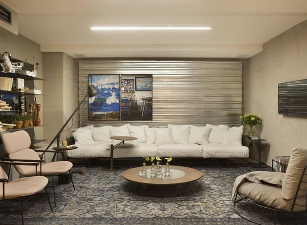 """O """"Apartamento Contemporâneo"""", desenvolvido por Fernanda Dorta, traz soluções de decoração de baixo custo em harmonia com móveis de alto valor agregado. Tons fortes permeiam o lugar, combinados ao prateado da chapa metálica de telha tapume (Foto: Divulgação)"""