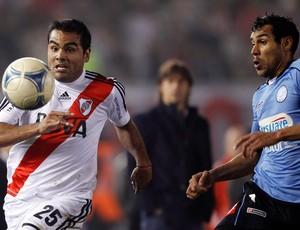 Gabriel Mercado do River Plate e Juan Quiroga (Foto: Reuters)