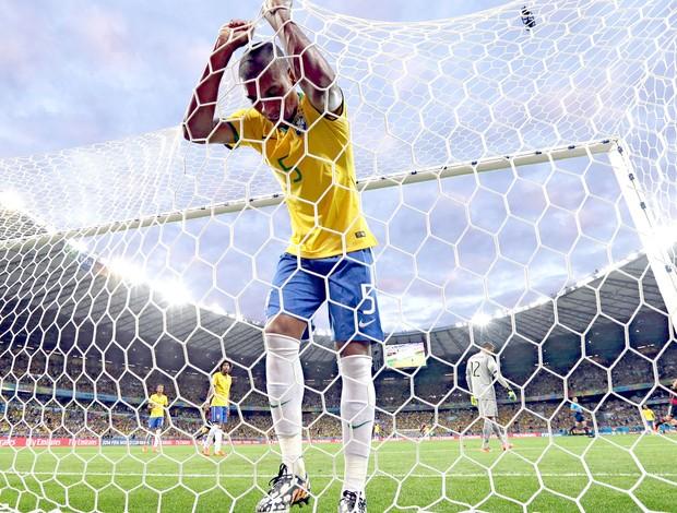 Fernandinho lamentando jogo Brasil x Alemanha (Foto: AP)