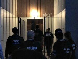 Polícia cumpre mandado em condomínio de Porto Alegre  (Foto: Fábio Almeida/RBS TV)