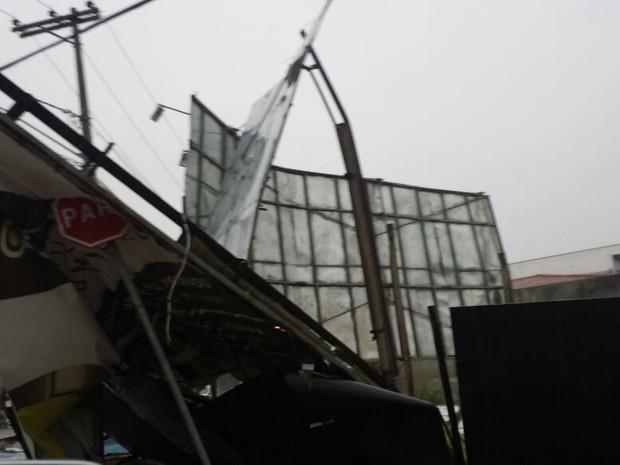 Chuva e vento destruíram outdoor em Sorocaba (Foto: Gualberto Vita/G1)