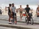 Agora noivos, Ronaldo anda de bicicleta e Paula Morais de skate, na orla do Rio