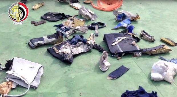 Legistas egípcios não confirmam se houve explosão em cabine do avião da EgyptAir (Foto: Egyptian Armed Forces/AP)
