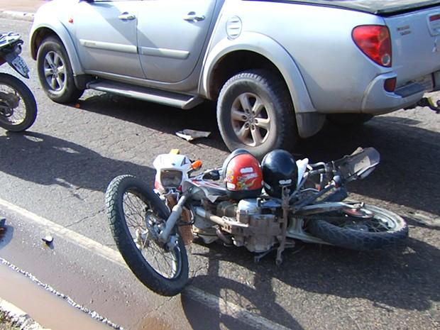 Acidente entre carro e motos aconteceu próximo ao bairro Santarenzinho (Foto: Reprodução/TV Tapajós)