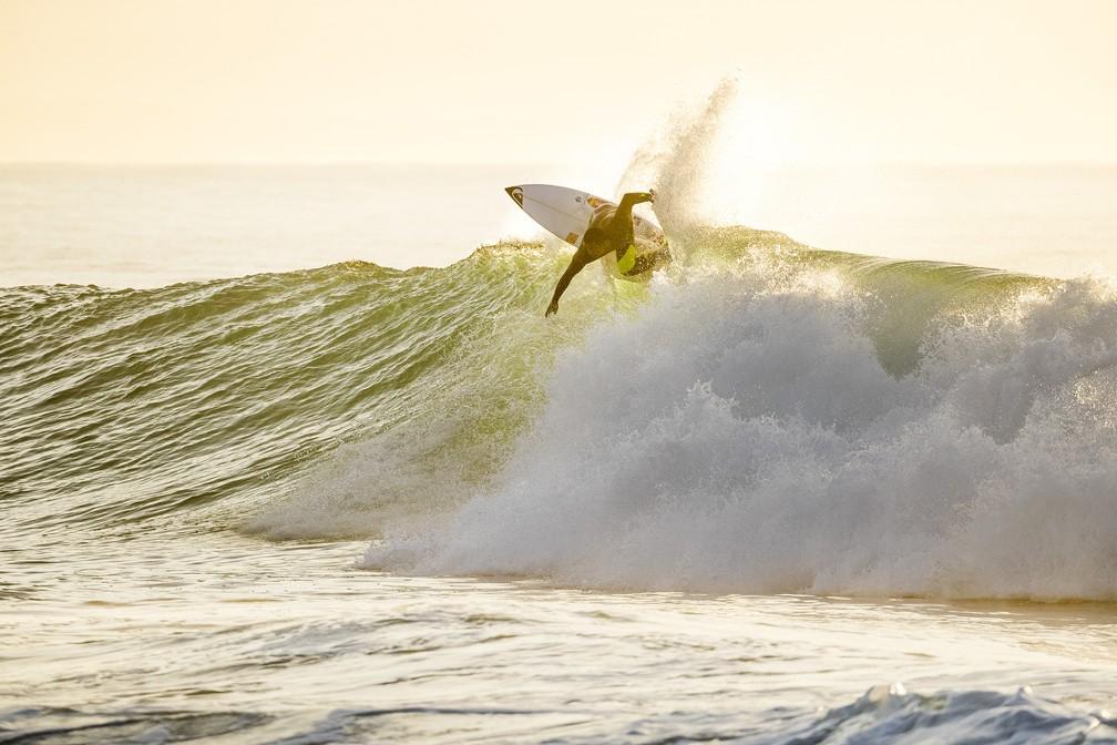 Wiggolly Dantas mostrou o backside firme e muito power surf nas longas direitas de J-Bay (Foto: WSL)