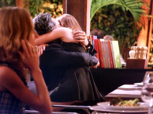 A ninfeta pula de felicidade no colo do Comendador em pleno Enrico (Foto: Império / TV Globo)