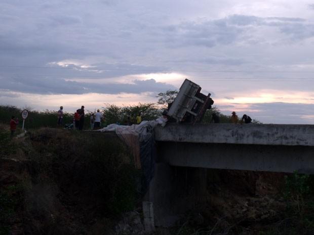 Carreta tombou sobre ponte no interior do RN (Foto: Renato Silva/Itaú News)