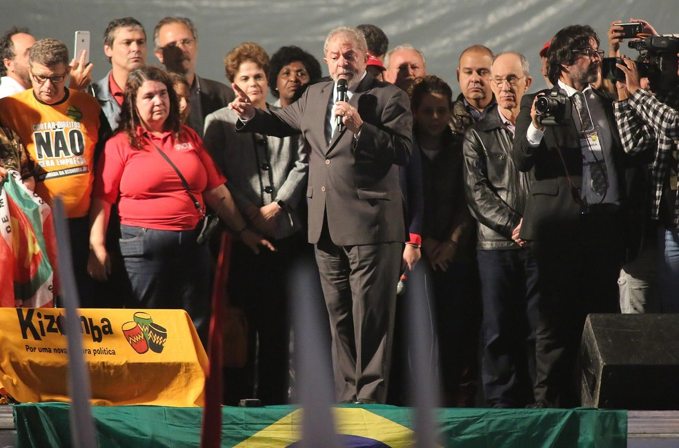 Lula discursa em ato no centro de Curitiba (Foto: Giuliano Gomes/PRPress)