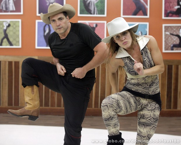 Daniel e Ju Valcézia incorporam verdadeiros peões! (Foto: Domingão do Faustão / TV Globo)