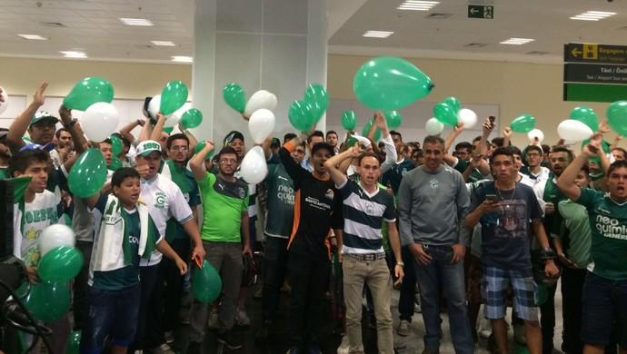 Torcida do Goiás espera Walter no aeroporto de Goiânia (Foto: Guilherme Gonçalves / GloboEsporte.com)