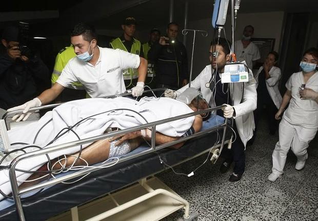 Enfermeiros e paramédicos transportam sobreviventes do acidente com o avião da Lamia que transportava a equipe da Chapecoense (Foto: Eduardo Noriega A./EFE)