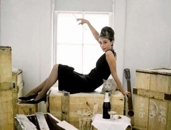 Audrey numa pausa das filmagens de Bonequinha de luxo, de 1961, com figurino assinado por Givenchy (Foto: Reprodução)