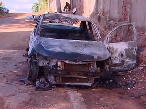 Carros carbonizados foram encontrados em Pirajá, em Salvador. Bahia (Foto: Reprodução/ TV Bahia)