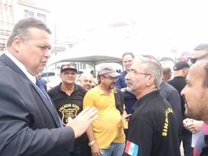 Secretário Lima Junior conversa com grevistas na entrada do Palácio (Foto: Derek Gustavo/G1)