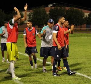 Membros da comissão técnica e jogadores reservas comemoram segundo gol do São Francisco-PA (Foto: Ivonisio Júnior)