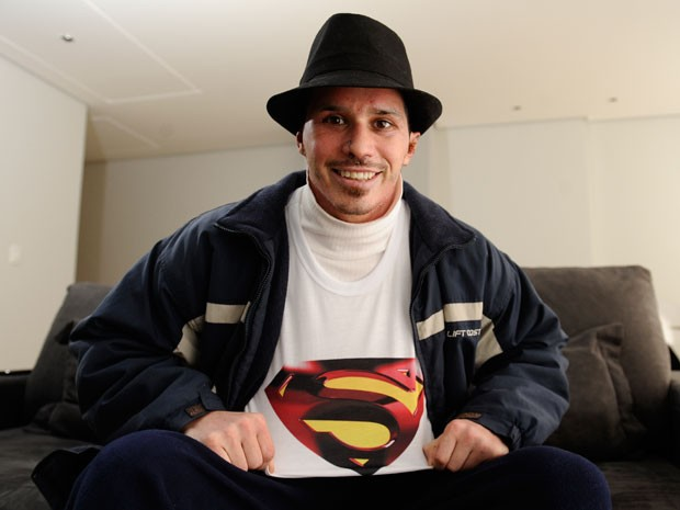 Piruca comemora recuperação com a camiseta do Super-Homem (Foto: Maicon Damasceno/Agência RBS)
