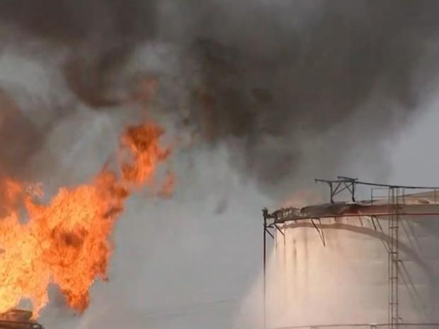 Incêndio atinge também outro tanque (Foto: Fernando Daguano/TV Tem)