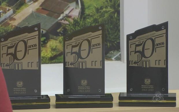Troféus conquistados pela equipe da Rede Amazônica no prêmio do MP (Foto: Reprodução TV Acre)
