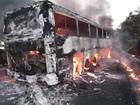 Ônibus pega fogo após acidente com moto na Bahia; uma pessoa morreu